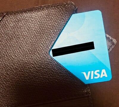 アブラサスのポケットにカードを入れる